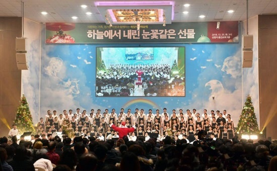 The Jade-green Heavenly Art Festival�� hosted by Ulsan Church of Shincheonji was successfully held with friendly neighbors on 25, celebrating Christmas. The festival was started with the songs �쁇alleluiah�� and �쁁eautiful Country�� performed by a full chorus of more than 130 including students�� brass band of Ulsan Church.